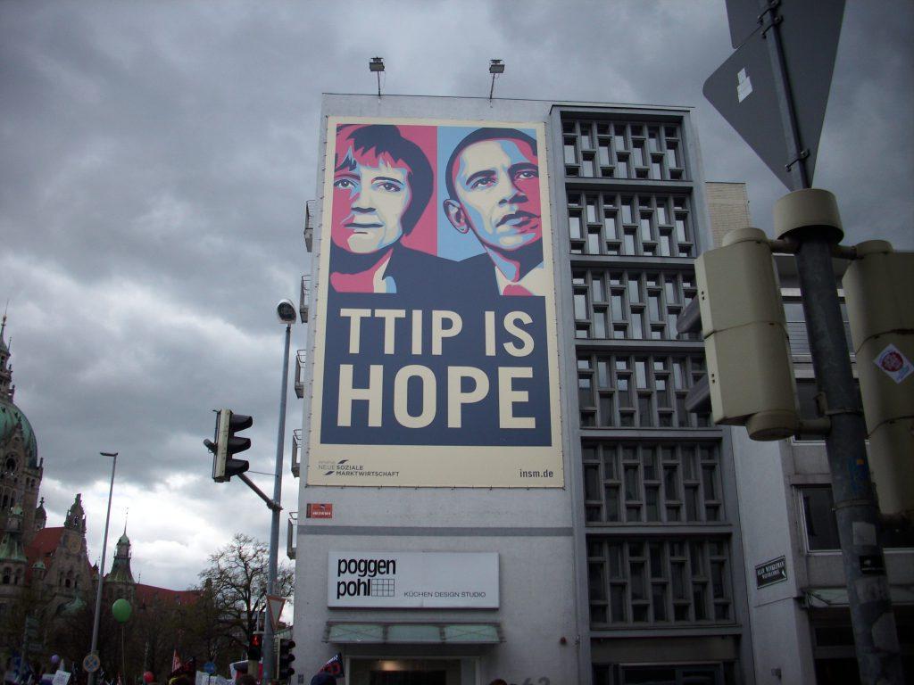 TTIP-Demo-Berlin-2015-Schild von www.skynetblog.de ist lizenziert unter einer Creative Commons Namensnennung - Nicht-kommerziell - Weitergabe unter gleichen Bedingungen 4.0 International Lizenz. Über diese Lizenz hinausgehende Erlaubnisse können Sie unter http://www.skynetblog.de erhalten.