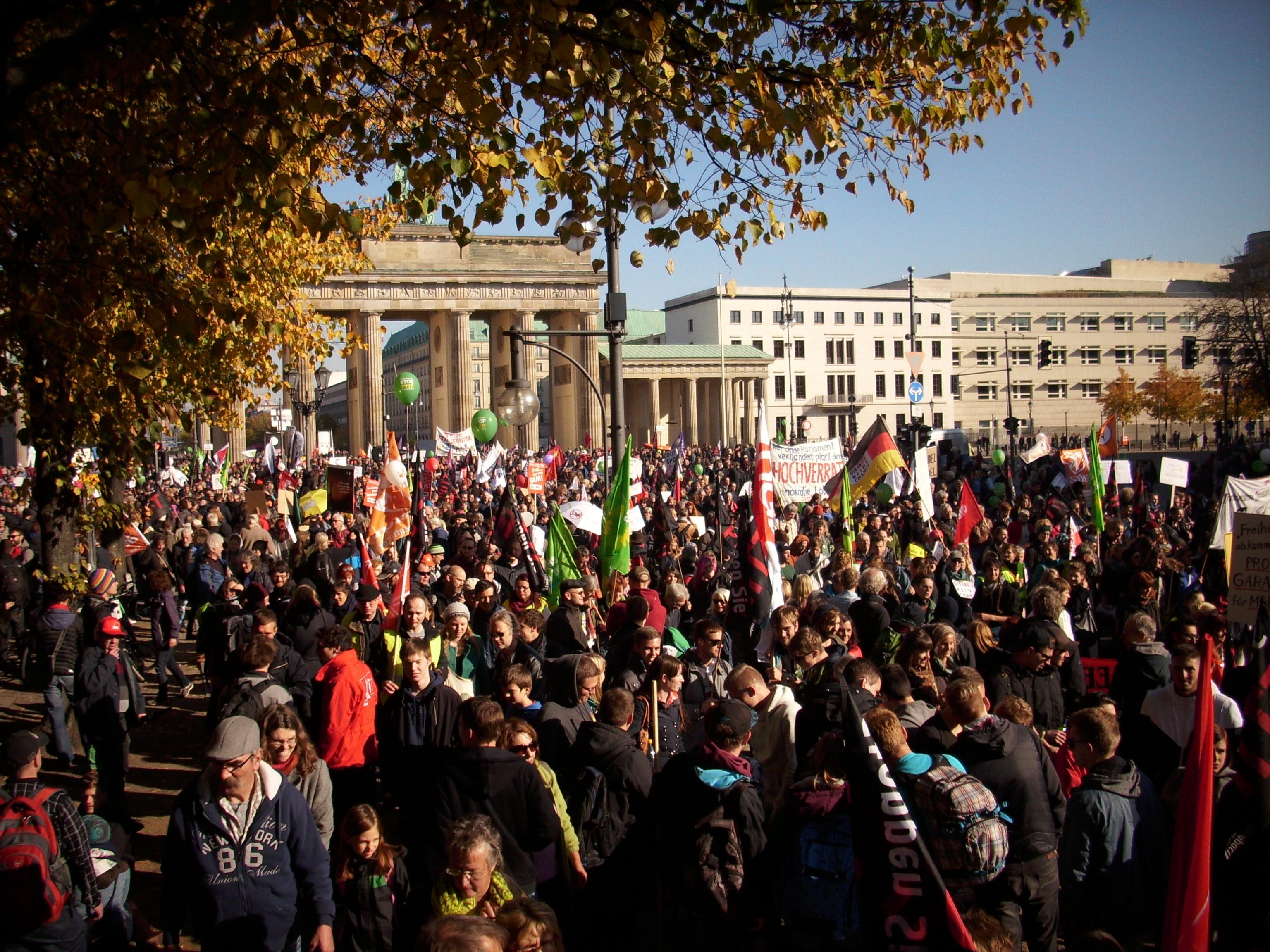 TTIP-Demo-Berlin-2015-(D146) Menschen, Brandenburger Tor