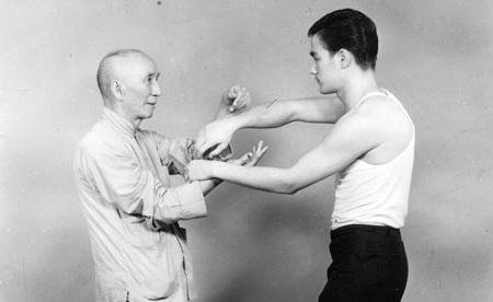Bruce Lee beim Wing Chun-Training mit Meister Yip Man, Hongkong 1958